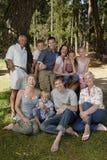 Familie, die Ferien nahe Wald genießt Lizenzfreie Stockfotos