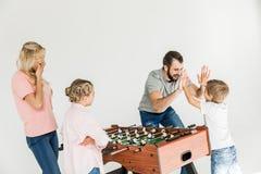 Familie die foosball spelen stock foto's