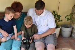 Familie die foto's bekijken stock afbeeldingen