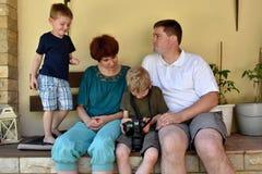 Familie die foto's bekijken royalty-vrije stock foto