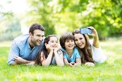 Familie die foto van zich nemen Royalty-vrije Stock Fotografie