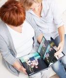 Familie die fotoboek kijken royalty-vrije stock afbeeldingen