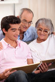 Familie, die Fotos betrachtet Lizenzfreies Stockfoto