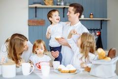 Familie, die Frühstück in der Küche ihres Hauses isst stockfotos