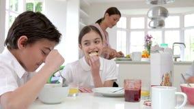 Familie, die frühstückt, bevor Ehemann geht zu arbeiten stock footage