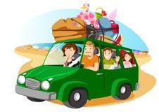 Familie, die für die Feiertage mit einem Packwagen leving ist Stockbild