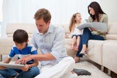 Familie, die Freizeit im Wohnzimmer verbringt Stockbilder