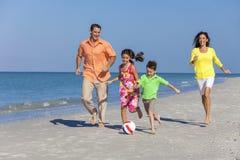 Familie, die Fußball-Fußball auf Strand spielt lizenzfreie stockfotografie