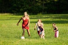 Familie, die Fußball spielt Lizenzfreies Stockfoto