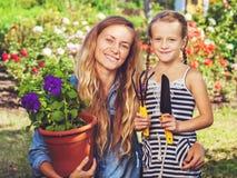 Familie, die am Garten arbeitet Lizenzfreie Stockfotografie