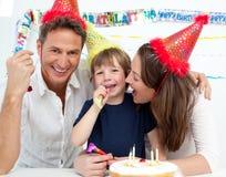 Familie, die Geburtstag des kleinen Jungen feiert Stockfotografie