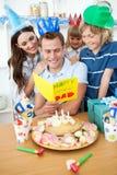 Familie, die Geburtstag des Vatis mit Kuchen feiert Stockfotografie
