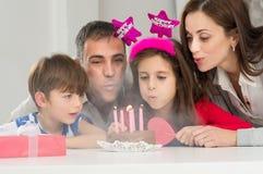 Familie, die Geburtstag feiert stockfotos