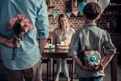 Familie, die Geburtstag feiert stockfotografie