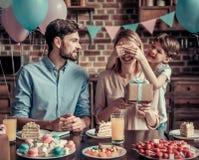 Familie, die Geburtstag feiert lizenzfreie stockfotografie