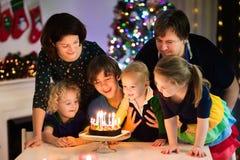 Familie, die Geburtstag und Weihnachten feiert stockfotos