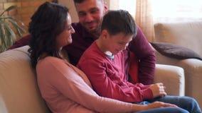 Familie die geheim delen in elke anderen oor stock footage