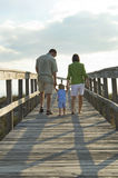Familie, die geht auf den Strand zu setzen Lizenzfreie Stockfotos