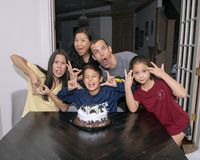 Familie die gekke pret het vieren jongens` s verjaardag hebben royalty-vrije stock foto's