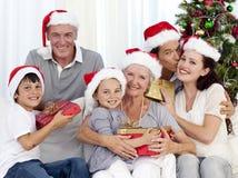 Familie, die Geschenke für Weihnachten gibt lizenzfreie stockfotos