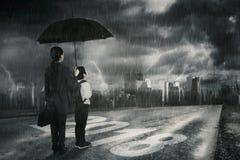 Familie, die Gewitter auf dem Himmel betrachtet Lizenzfreie Stockfotografie
