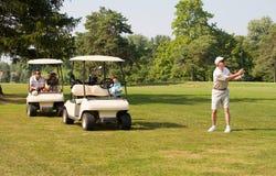 Familie, die Golf spielt lizenzfreie stockfotografie