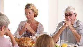 Familie die gunst zeggen vóór diner stock video