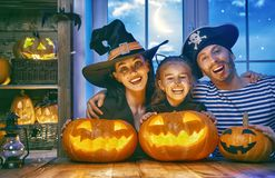 Familie, die Halloween feiert lizenzfreie stockfotografie