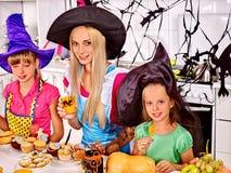 Familie, die Halloween-Lebensmittel zubereitet Stockbild