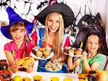 Familie, die Halloween-Nahrung zubereitet. Stockbilder