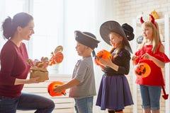 Familie die Halloween vieren Stock Foto