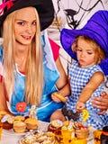 Familie die Halloween-voedsel voorbereiden Stock Afbeeldingen