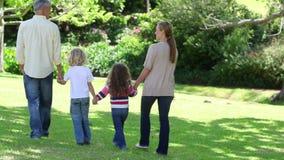 Familie die hand in hand lopen Stock Foto's