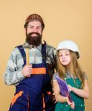 Familie, die Haus umgestaltet Haus gestalten und Erneuerung um Kindererneuerungsraum Vater- und Tochterschutzhelmsturzhelmuniform lizenzfreies stockfoto