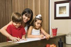 Familie, die Heimarbeit tut. Lizenzfreies Stockbild
