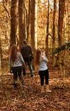 Familie die in het bos lopen Stock Afbeeldingen