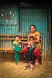 Familie die in het dorp van Sindhupalchowk na earthq glimlachen stock afbeeldingen