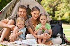 Familie die in het park kampeert Stock Foto