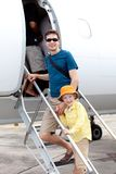 Familie die in het vliegtuig krijgen stock afbeeldingen