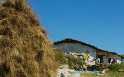 Familie die Himalayagebergte werken Stock Afbeeldingen