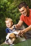 Familie die hond een bad geeft. Stock Afbeelding