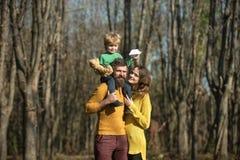 Familie die in hout, ontdekkingsconcept wandelen Samen makend nieuwe ontdekking tijdens de herfstvakantie in de wildernis ontdek royalty-vrije stock foto's