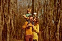 Familie die in hout, ontdekkingsconcept wandelen Samen makend nieuwe ontdekking tijdens de herfstvakantie in de wildernis ontdek royalty-vrije stock fotografie
