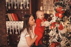 Familie die huis voor Kerstmisviering voorbereiden Stock Foto's