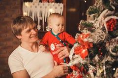 Familie die huis voor Kerstmisviering voorbereiden Royalty-vrije Stock Foto