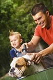 Familie, die Hund ein Bad gibt. Stockbild