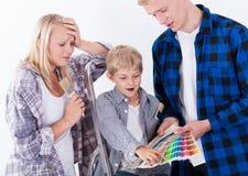 Familie, die ihr neues Haus verziert Stockbilder