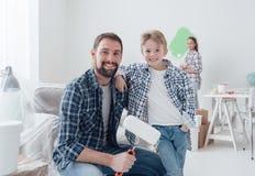 Familie, die ihre neue Wohnung erneuert stockbilder