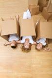 Familie, die in ihrem neuen Haus sich entspannt lizenzfreie stockfotos