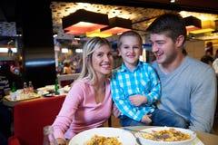 Familie, die im Einkaufszentrum zu Mittag isst stockfotos